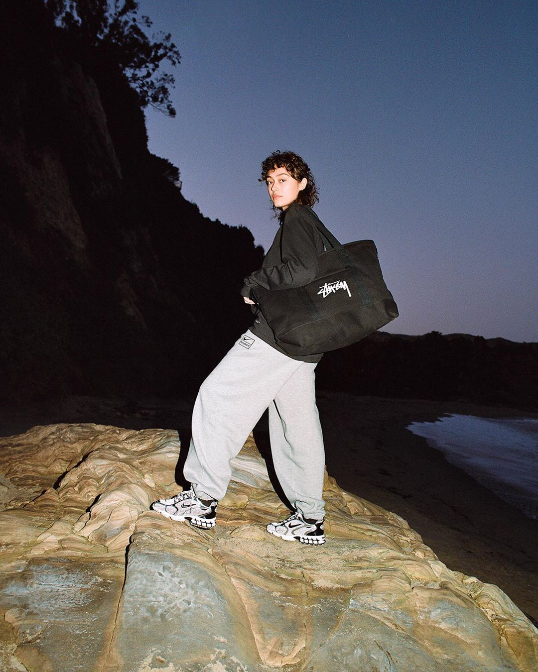 cô gái đeo túi stussy phong cách thời trang streetwear
