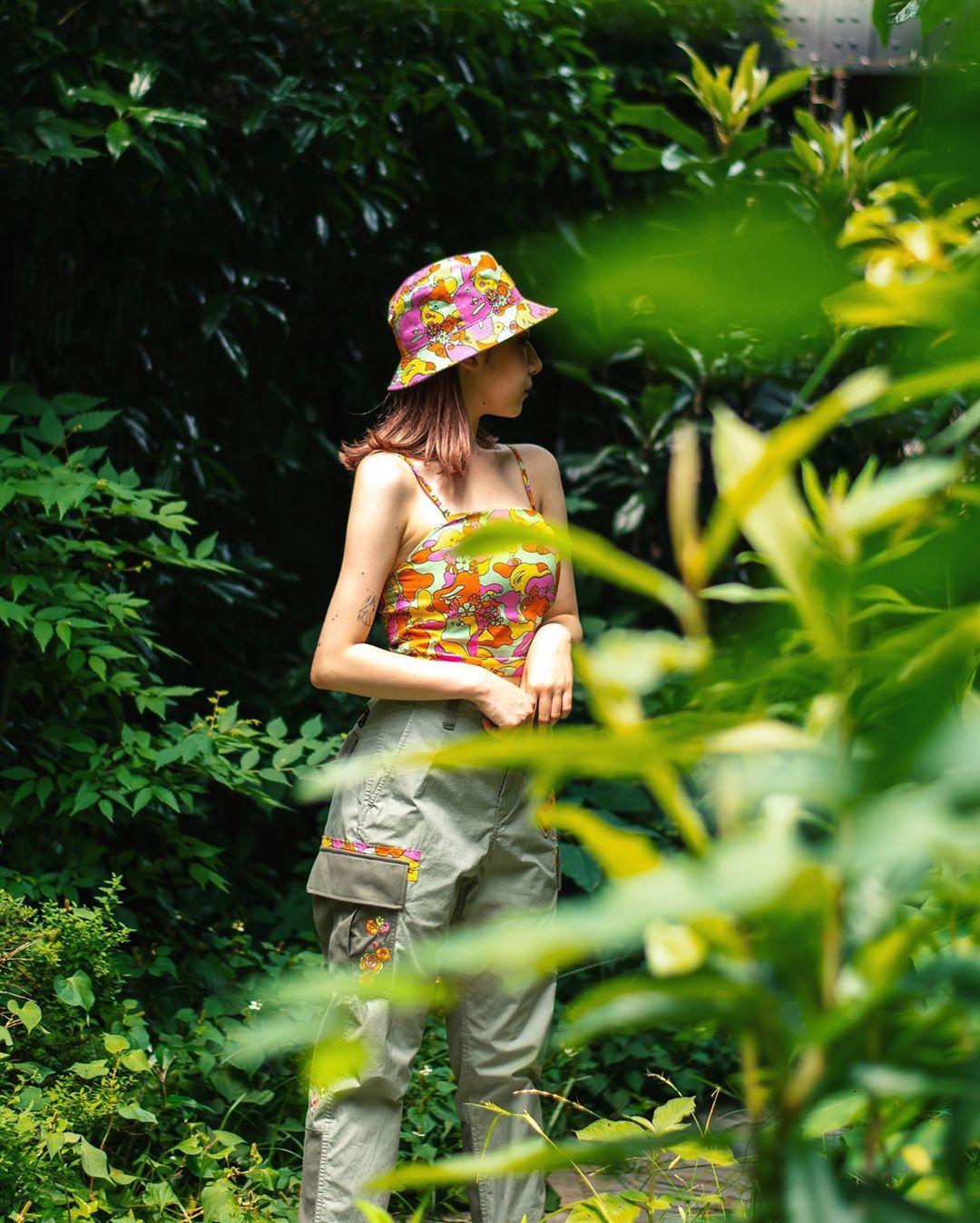 cô gái mặc trang phục bape phong cách thời trang streetwear