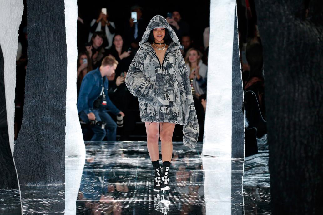 ca sĩ Rihanna mặc áo hoodie Fenty PUMA trên sàn diễn