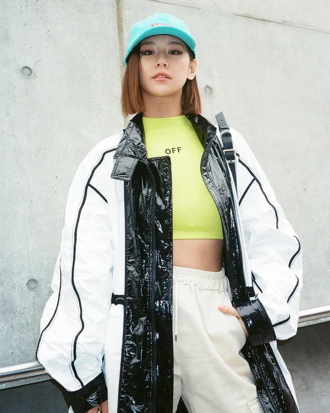 yurie horie mặc áo khoác oversize off white phong cách thời trang streetwear
