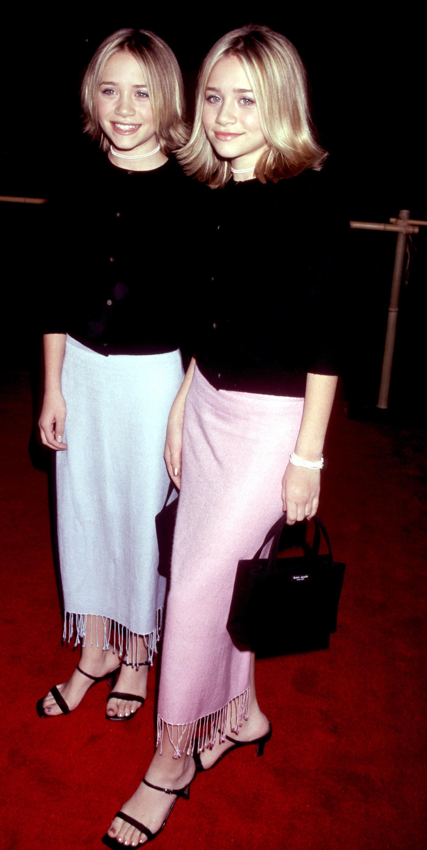 olsen twins mang giày sandal dây mũi vuông màu đen