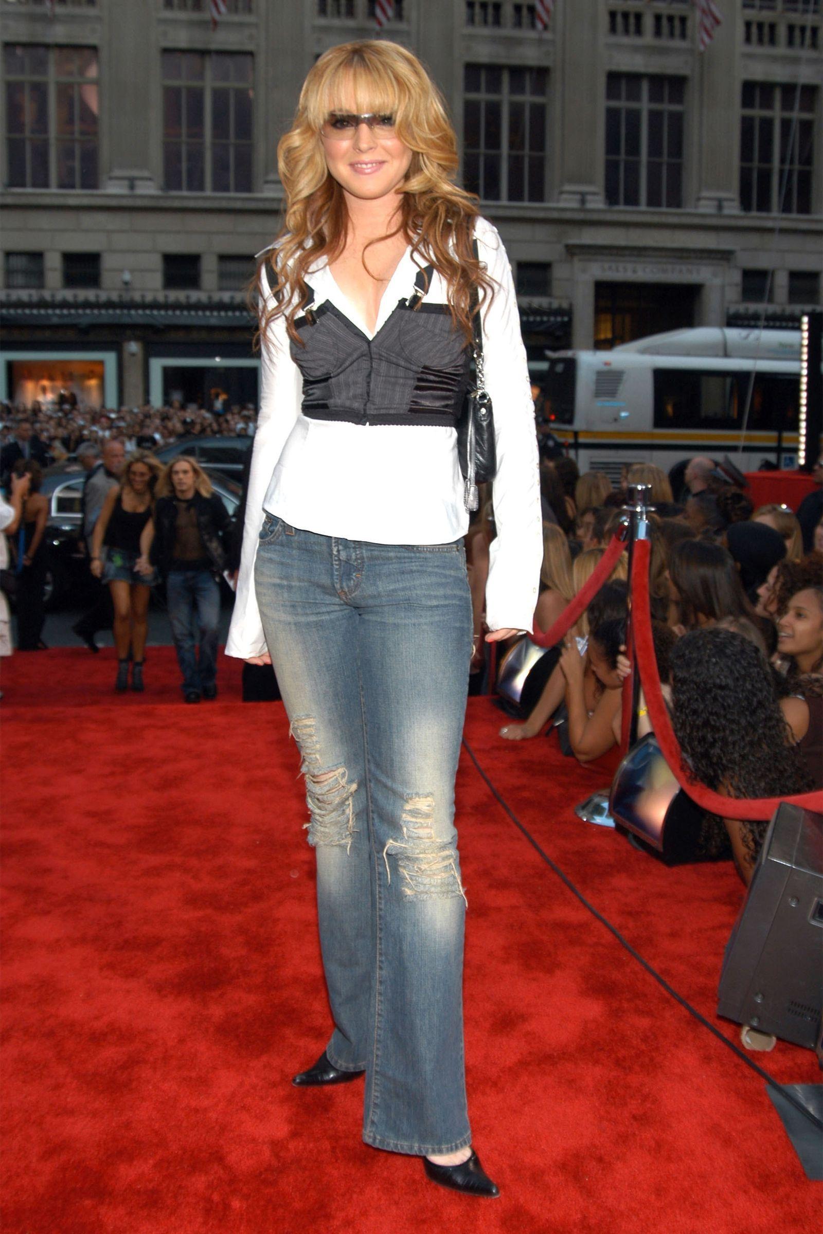 lindsay lohan mặc quần jeans ống loe áo corset phong cách thời trang y2k