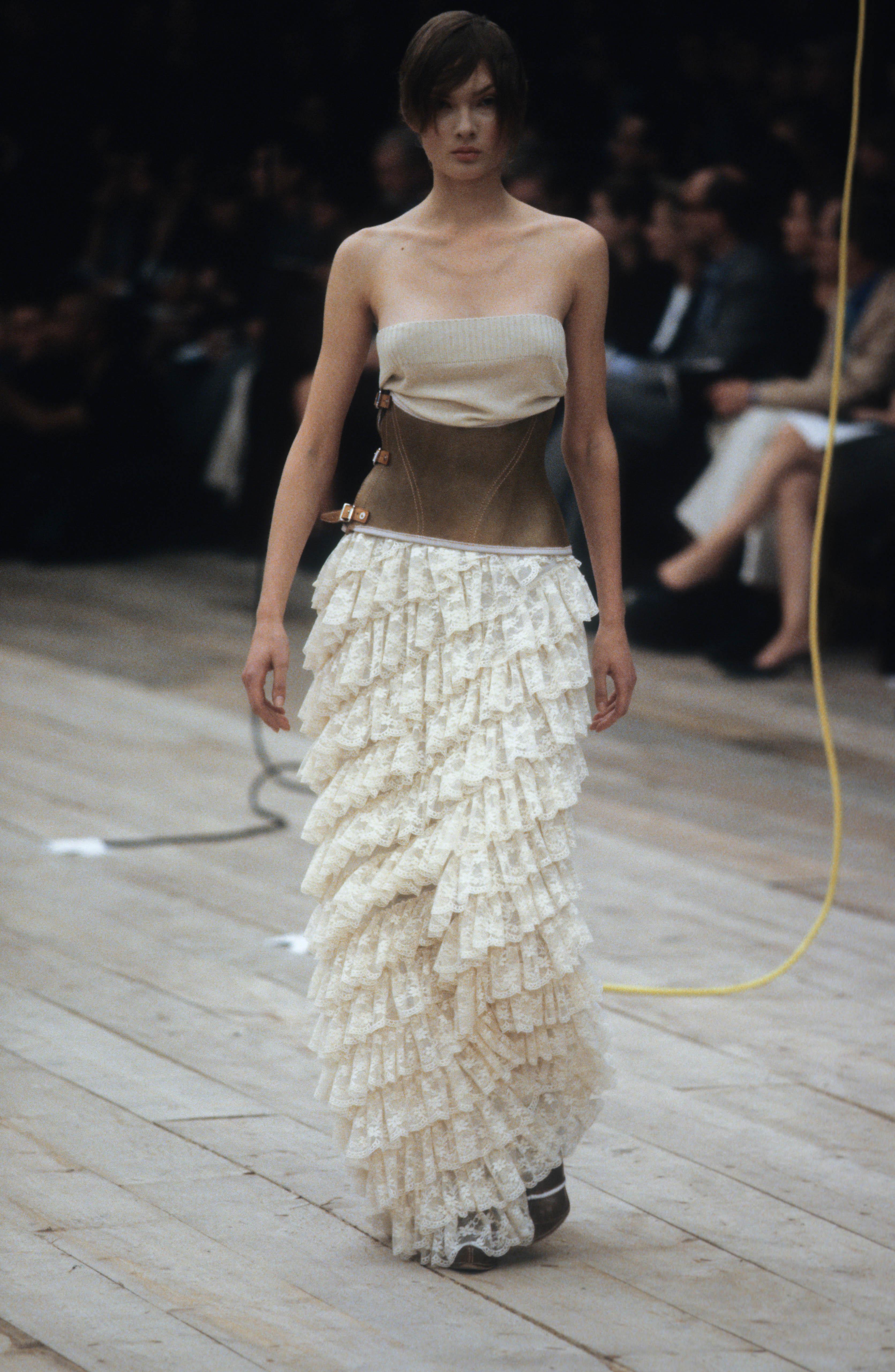 sàn diễn alexander mcqueen xuân hè 1999 phong cách thời trang y2k