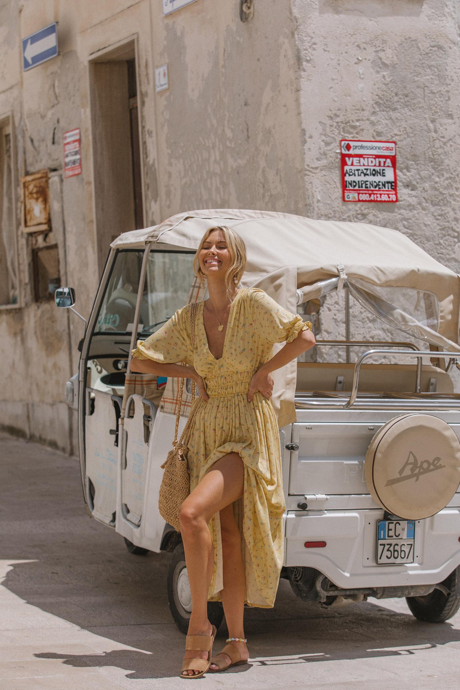 váy hoa nhí màu vàng thiết kế cách điệu nhấn eo