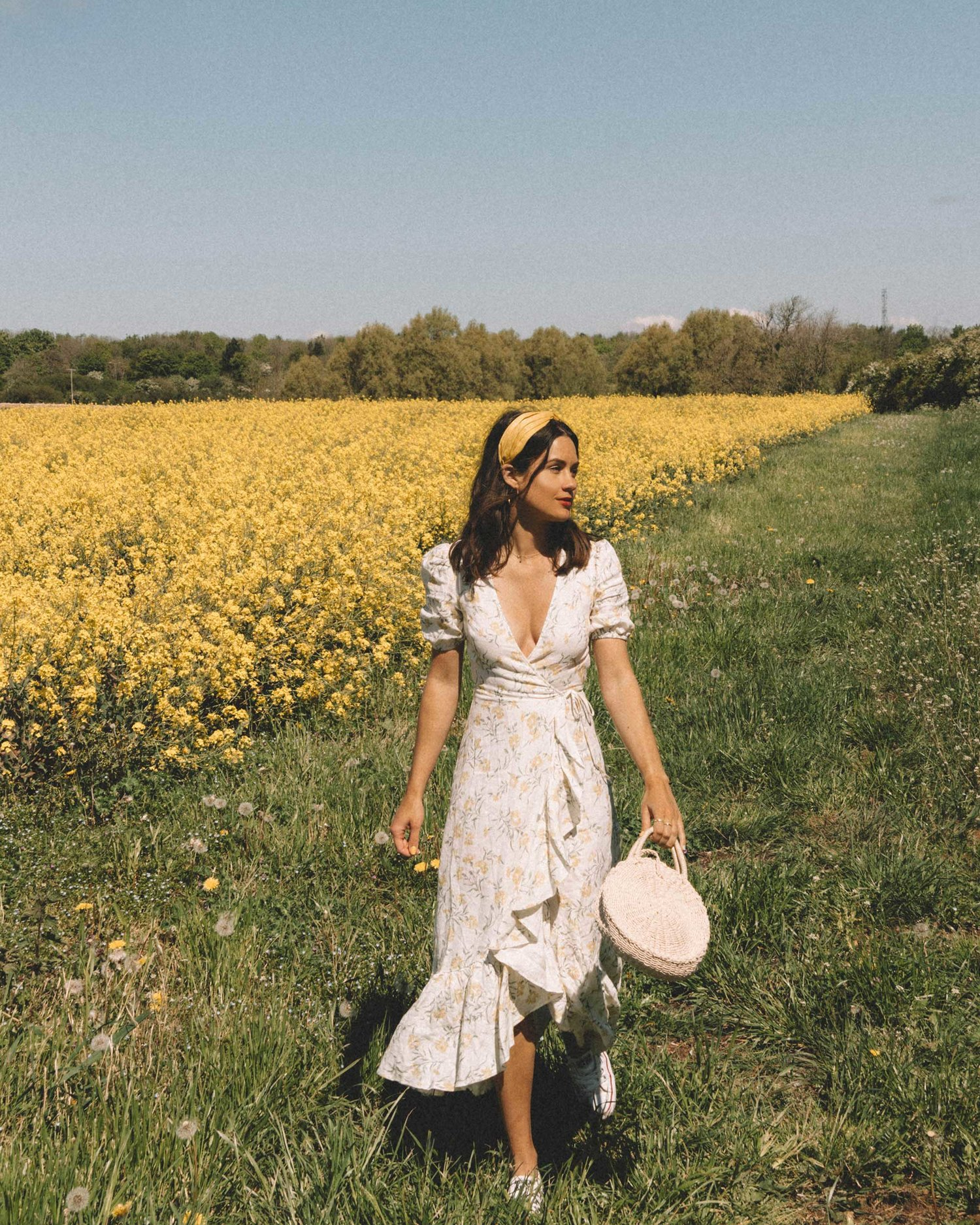 váy hoa nhí màu trắng nhún bèo cùng phụ kiện tóc băng đô bản to