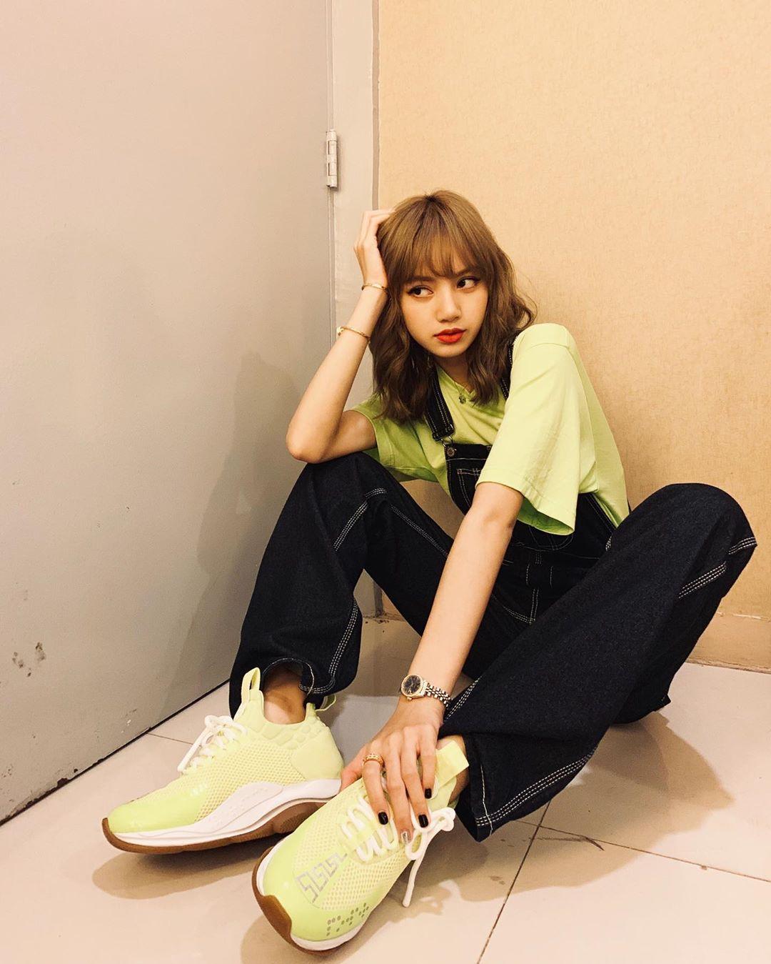 Lisa mặc áo thun màu xanh celery
