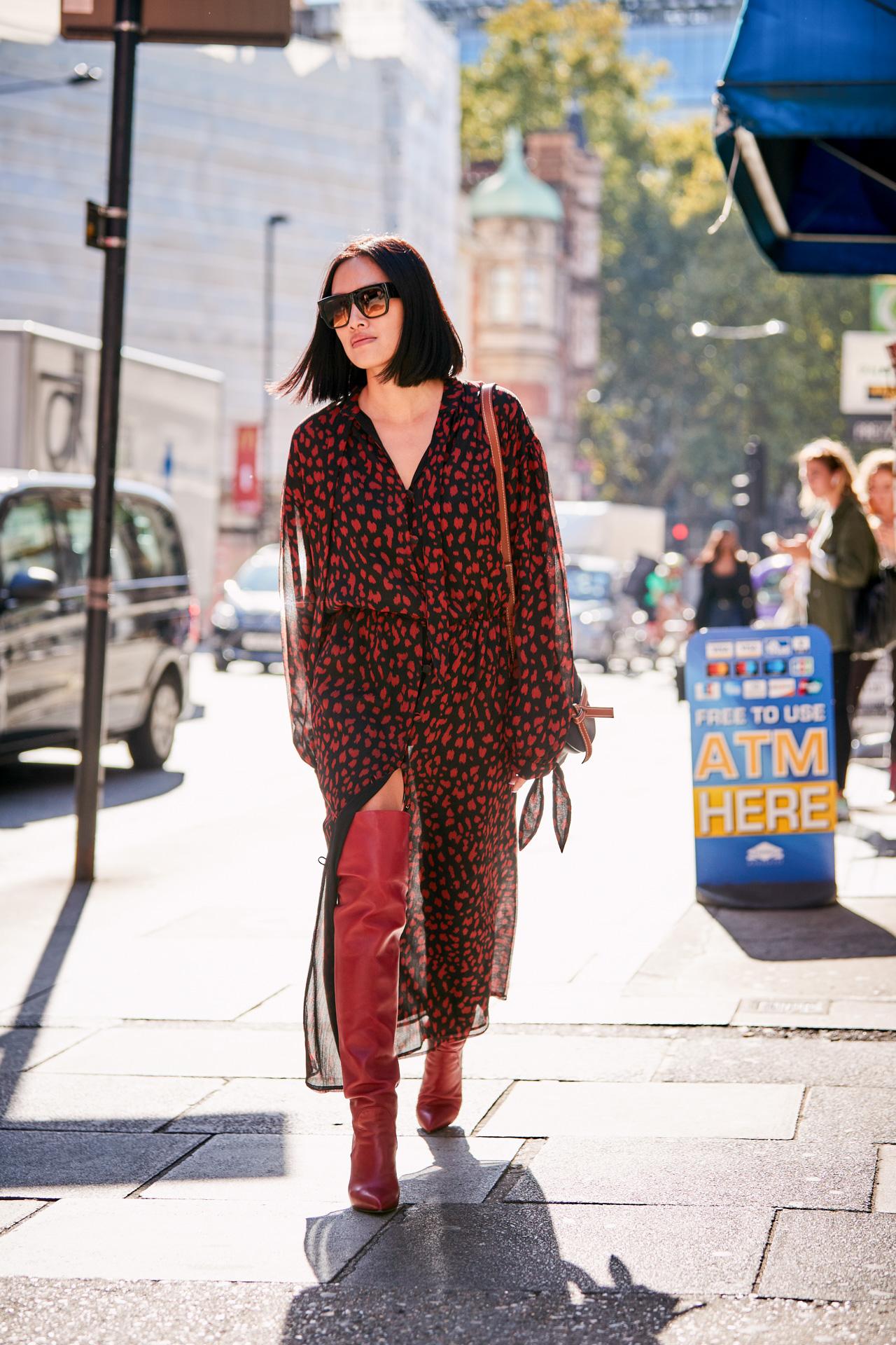 Xu hướng thời trang - cô gái mặc váy voan màu đỏ đô