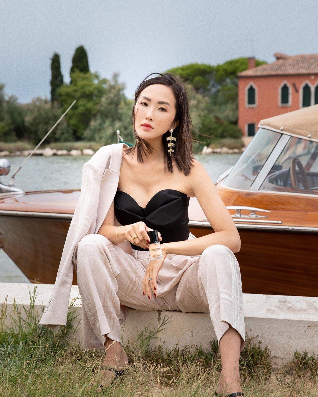 Xu hướng thời trang - Chriselle Lim mặc âu phục màu trắng ngà