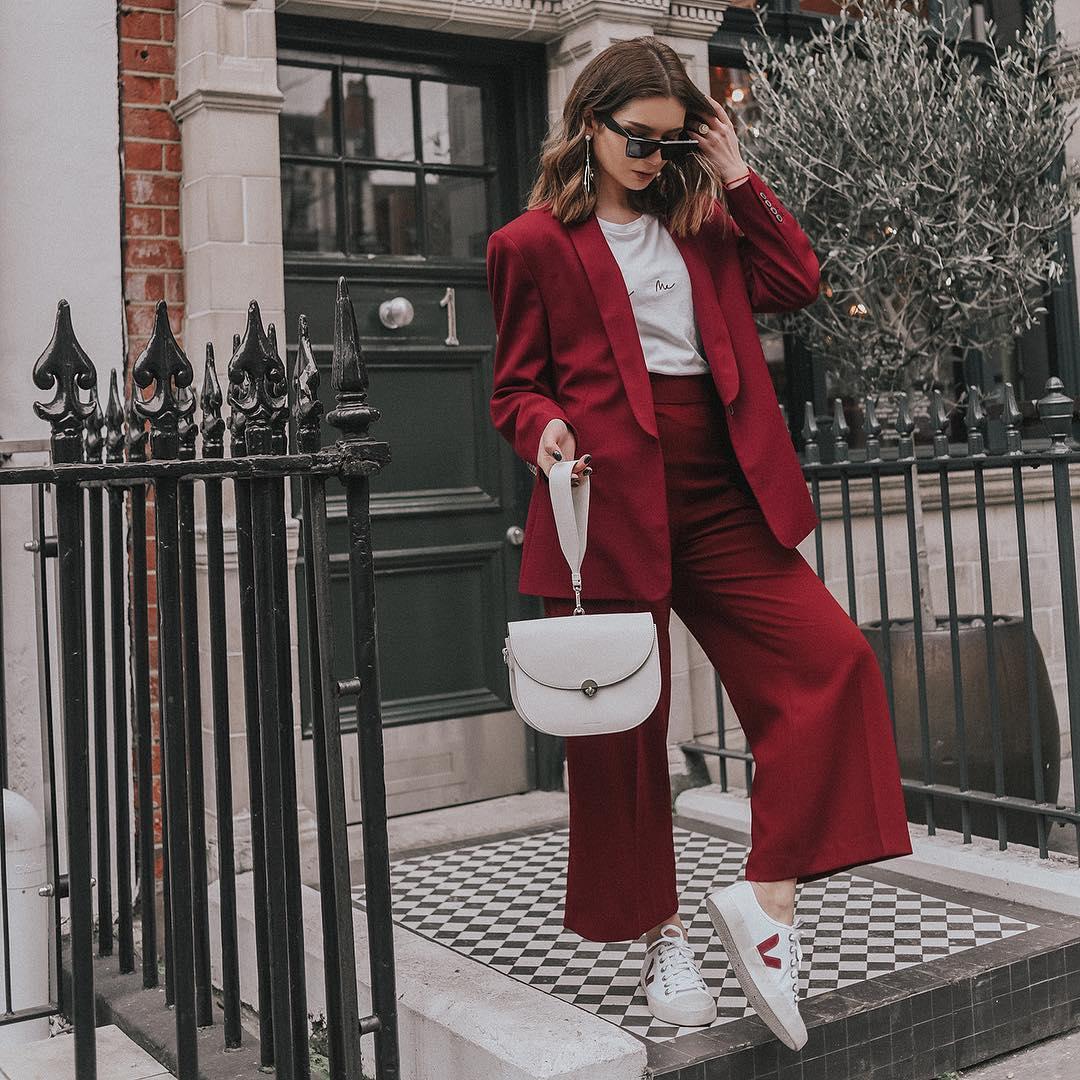 Xu hướng thời trang - âu phục màu đỏ đô