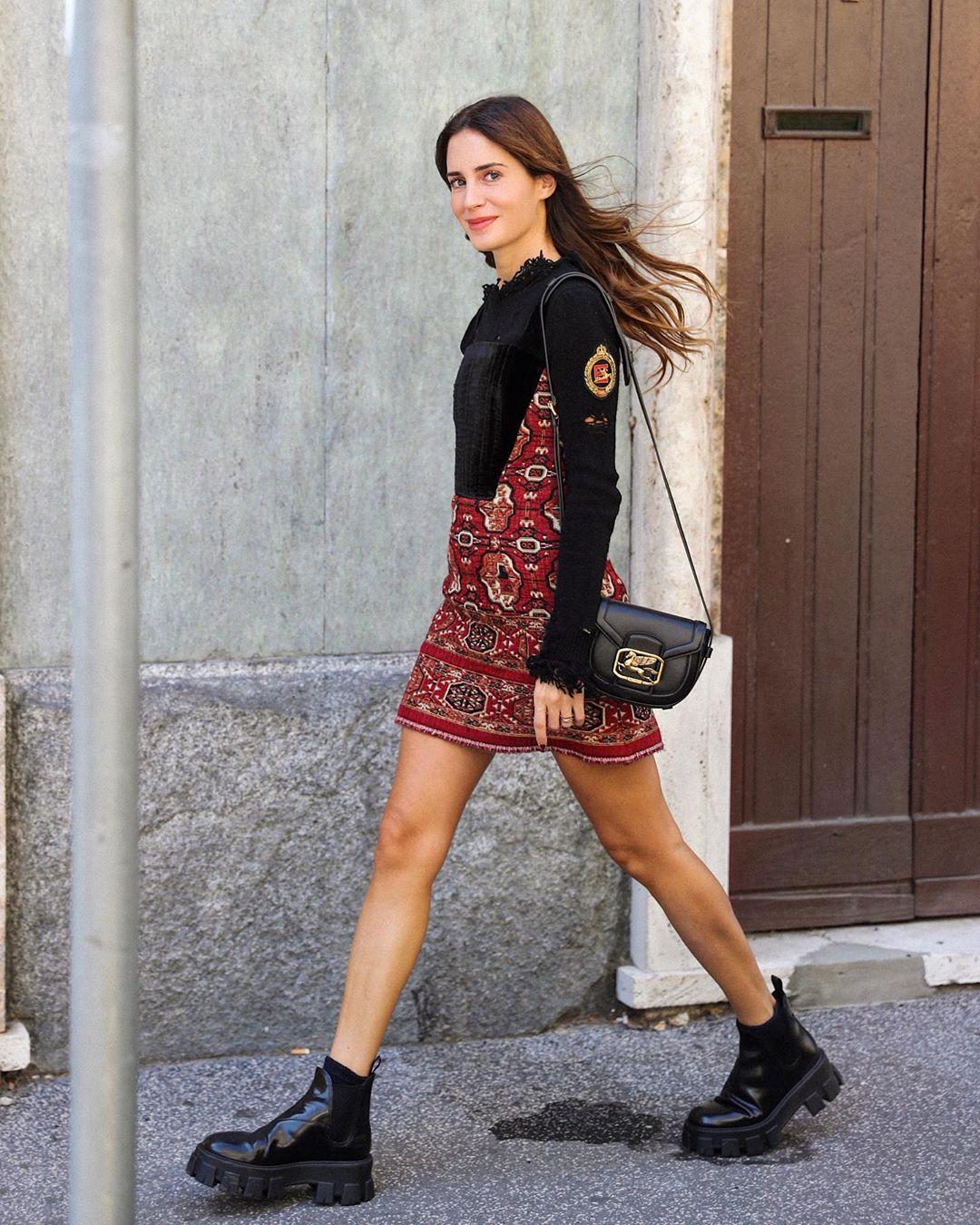 Xu hướng thời trang - cô gái mặc váy họa tiết thổ cẩm màu đỏ đô