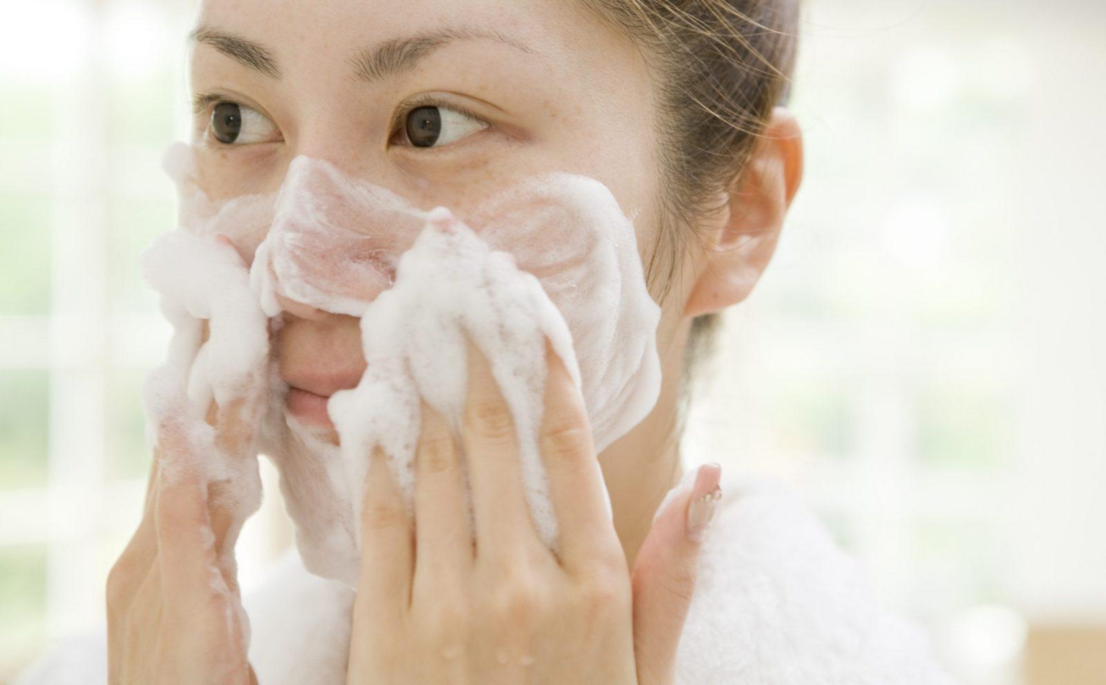 làm sạch mặt trước khi sử dụng phấn nước