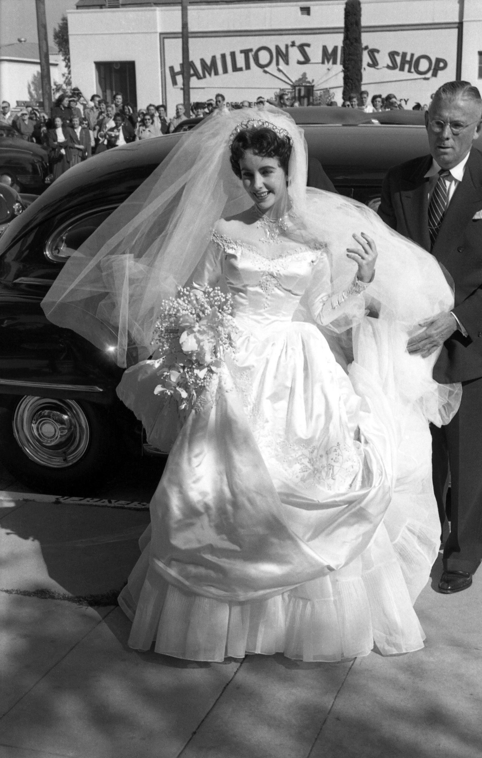 váy cưới chiết eo elizabeth taylor