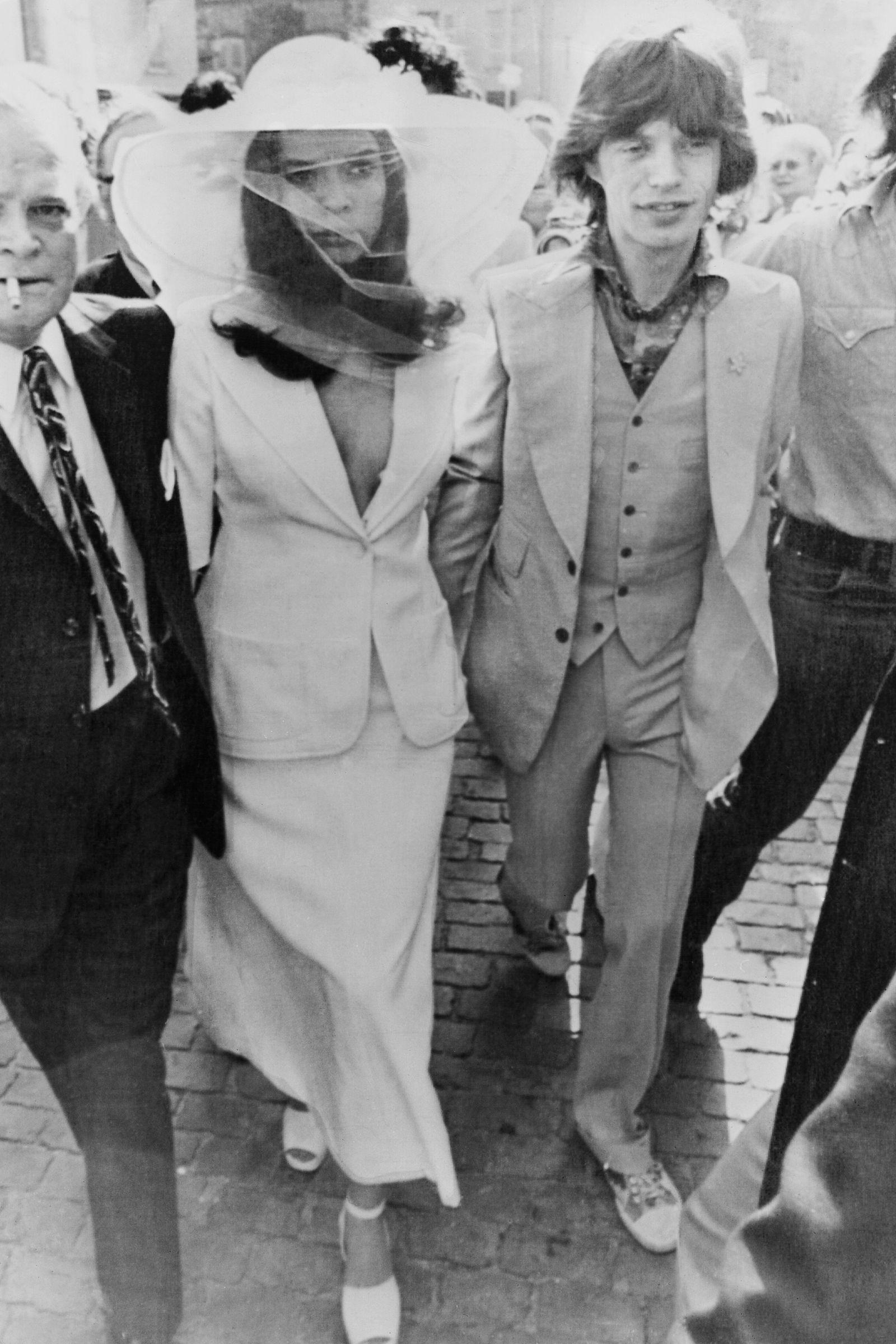váy cưới dạng âu phục bianca jagger