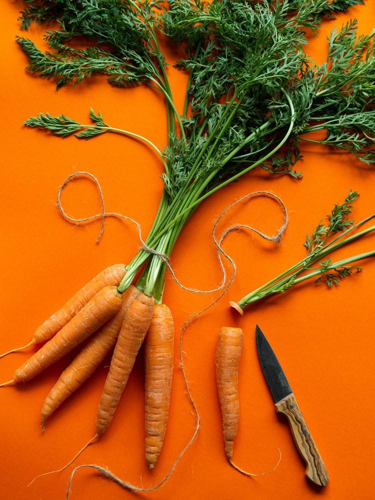 Các vitamin và khoáng chất trong cà-rốt có khả năng hỗ trợ dưỡng da và giảm quầng thâm mắt.