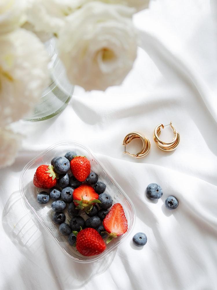 Không những là loại trái cây tốt cho sức khoẻ mà việt quất còn chứa vitamin C cao giúp cải thiện quầng thâm mắt.