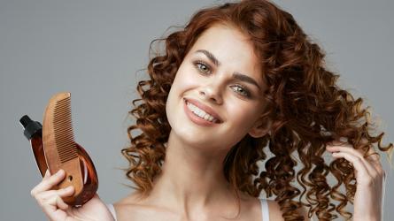 Bí quyết giữ ẩm cho mái tóc xoăn giữa các lần gội