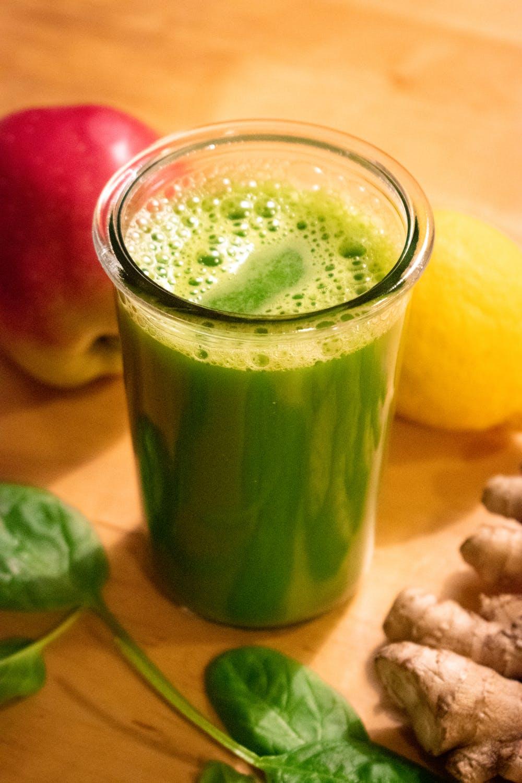 Thưởng thức một ly nước ép rau ngót mỗi sáng cũng là cách giúp bạn cải thiện nám da.