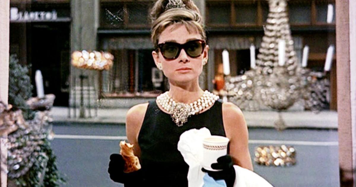 Nữ diễn viên Audrey Hepburn diện kính mát wayfarer trong bộ phim Breakfast at Tiffany