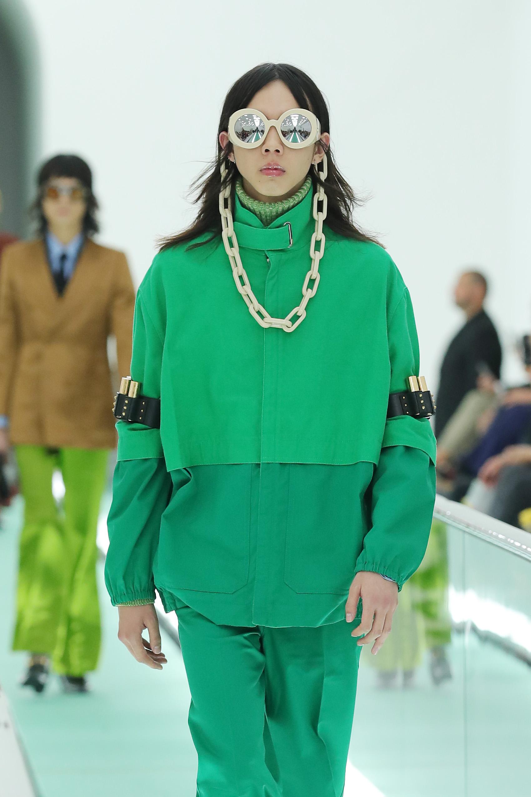 Kính mát cùng phụ kiện dây xích bản to trong BST Xuân Hè 2020 của Gucci