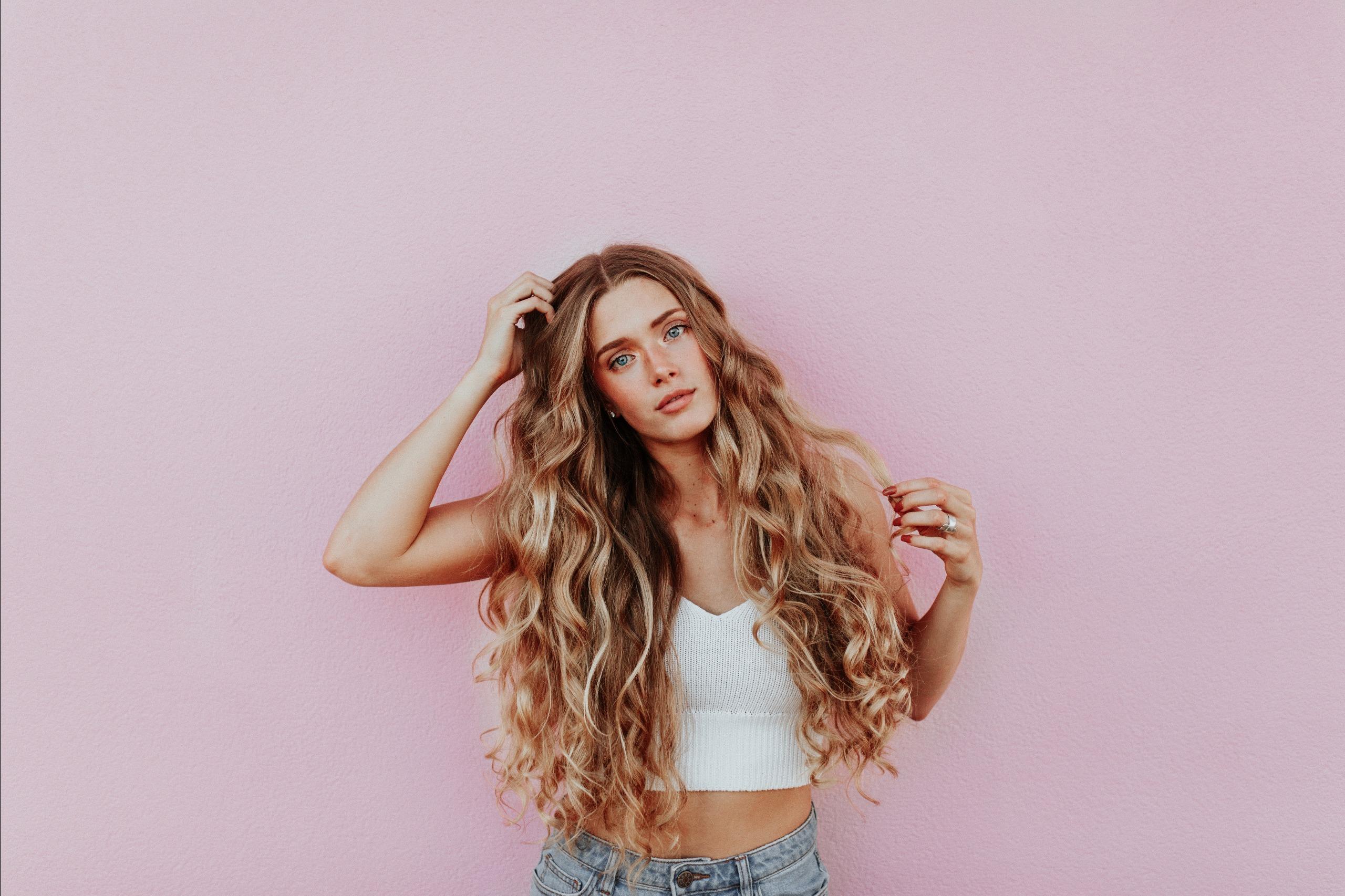 Dưỡng tóc-Cô gái đặt tay lên tóc.