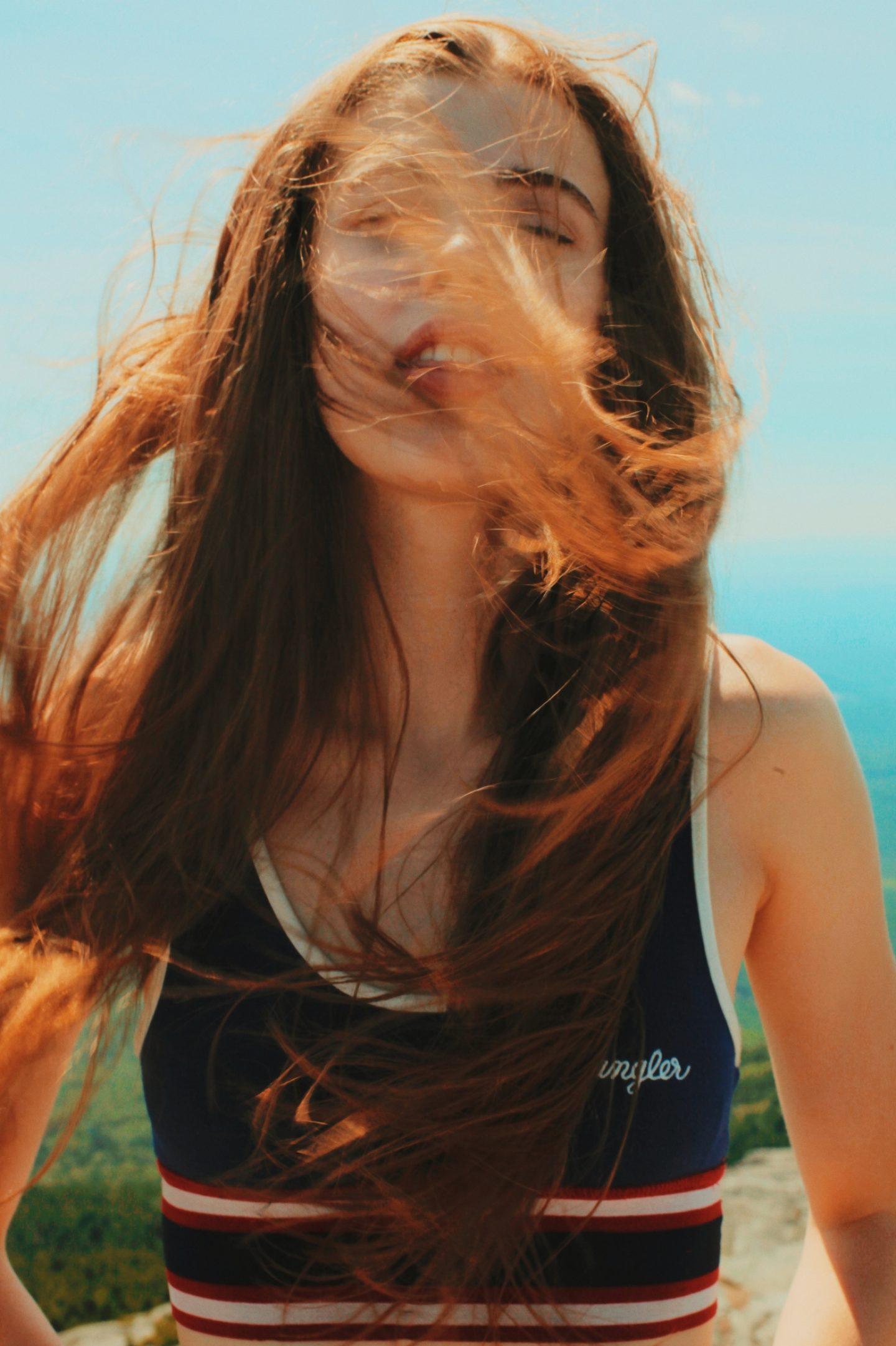 Dưỡng tóc-Cô gái hất tóc.