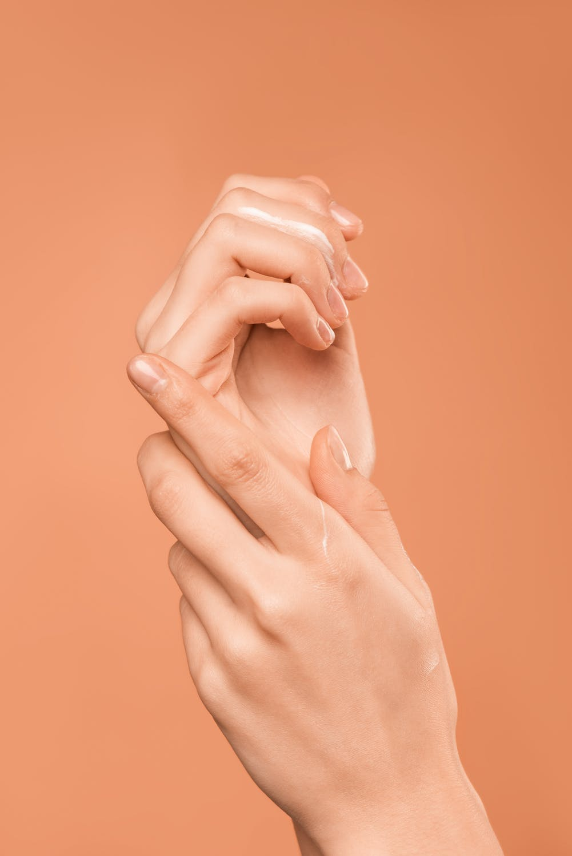 Thử mỹ phẩm lên tay trước khi dùng để tránh gây ra những tình trạng không mong muốn cho da.